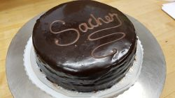 Sacher-kakku aprikoosilla